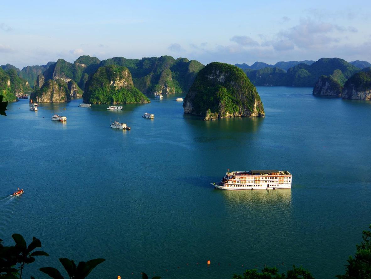 La bahía de Hạ Long Bay está llena de formaciones rocosas de piedra caliza
