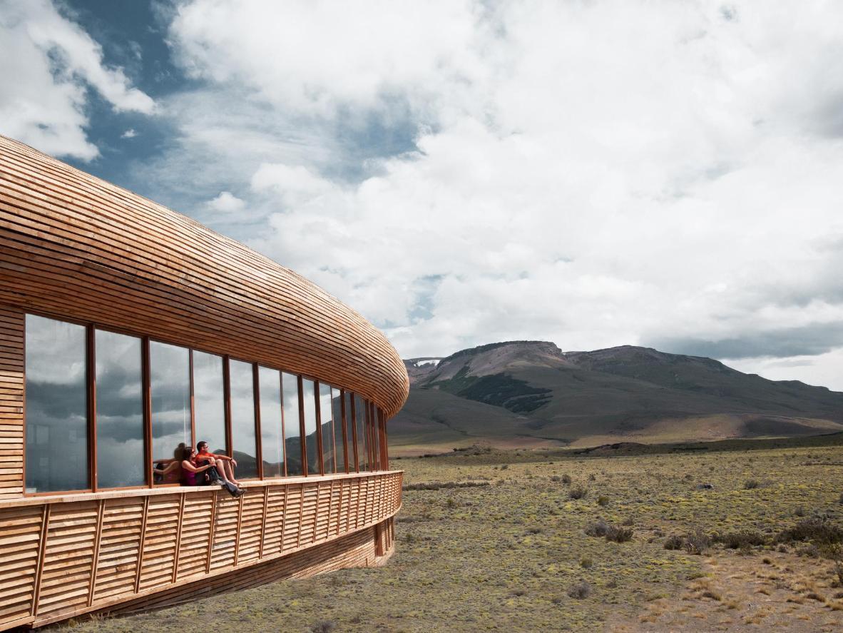Um hotel no meio da vida selvagem construído com madeira lenga nativa