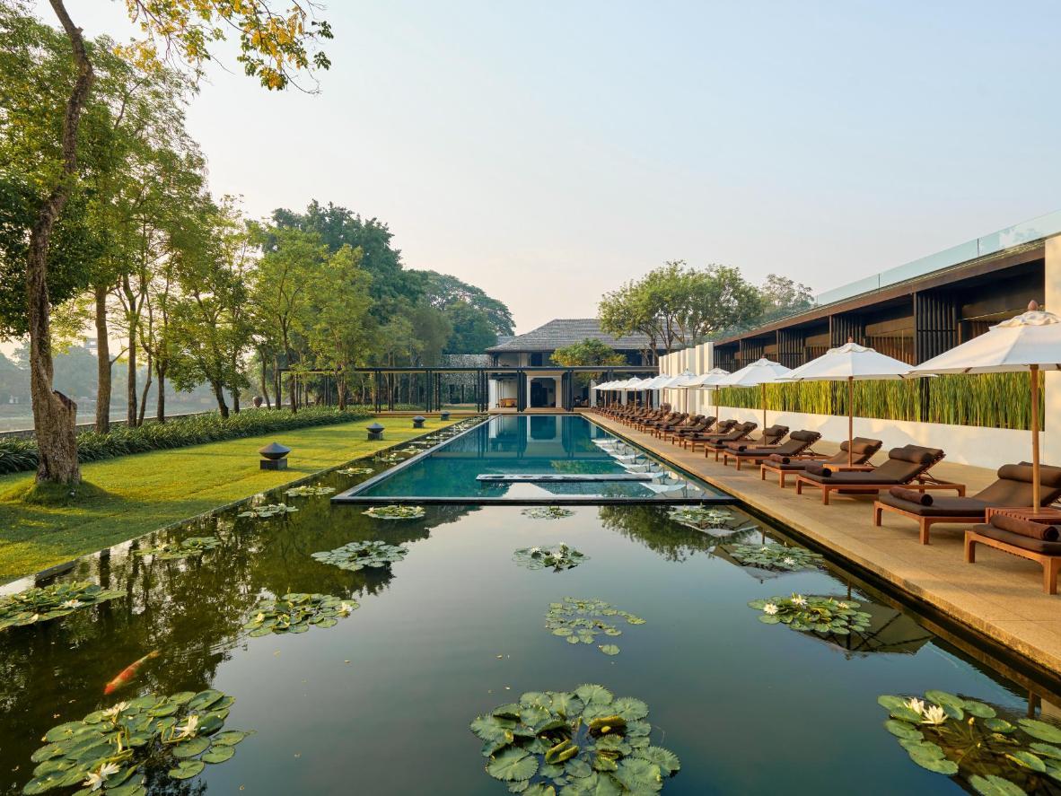 A piscina de borda infinita e a lagoa de nenúfares no Anantara Resort