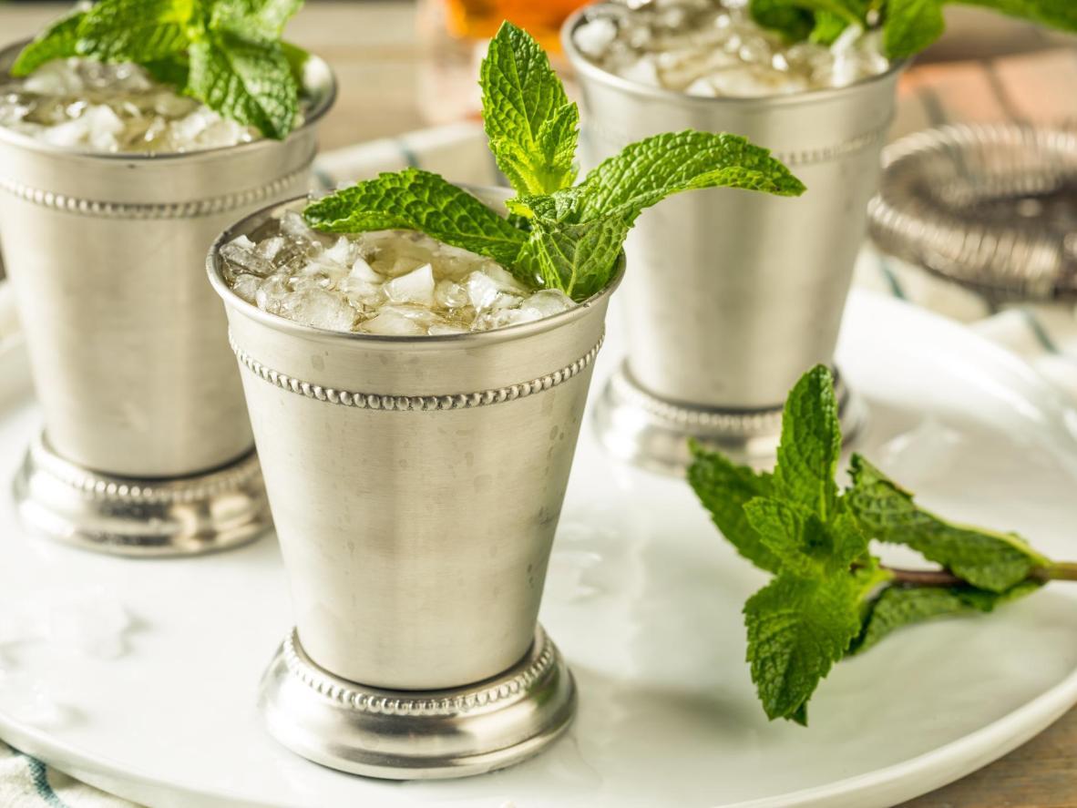 Mint juleps são servidos tradicionalmente em copos prateados que quase congelam