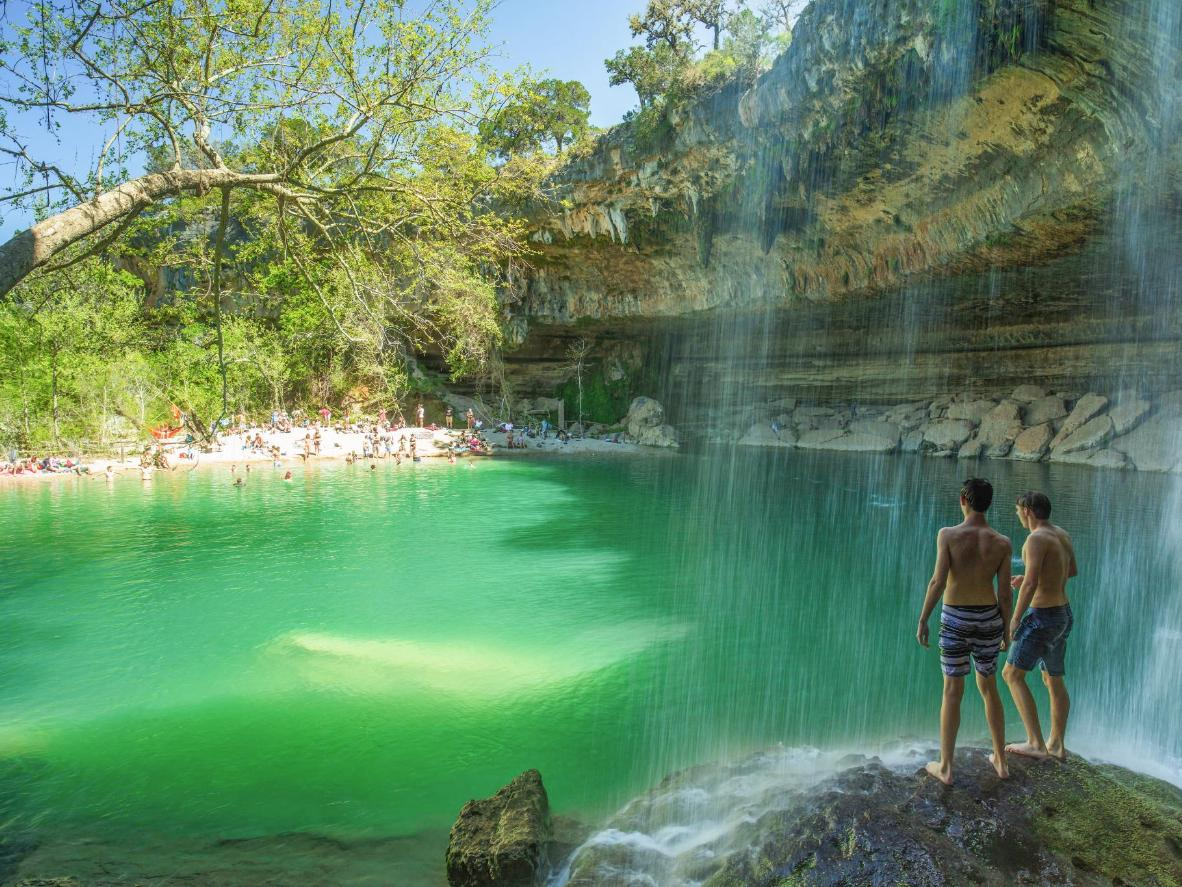 Cachoeiras deságuam na Hamilton Pool no Texas