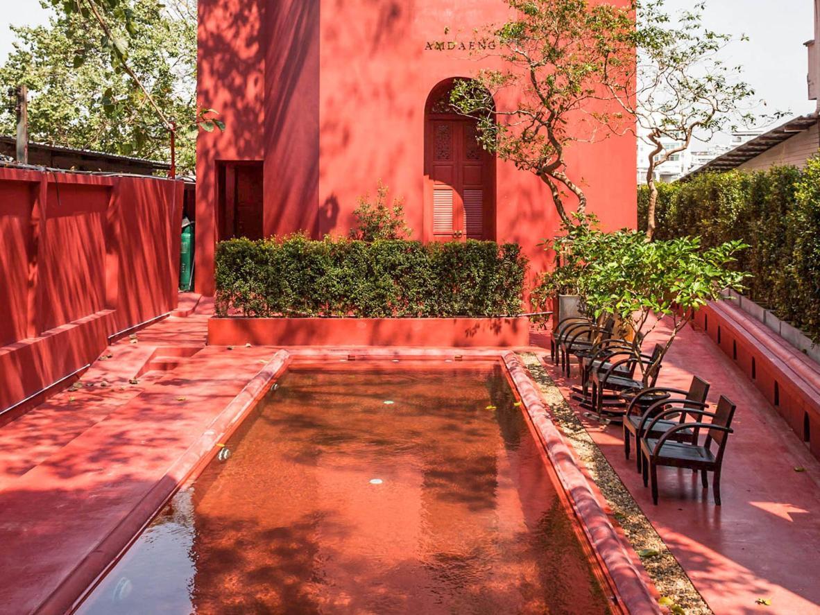 A tinta escarlate dá um brilho avermelhado à piscina