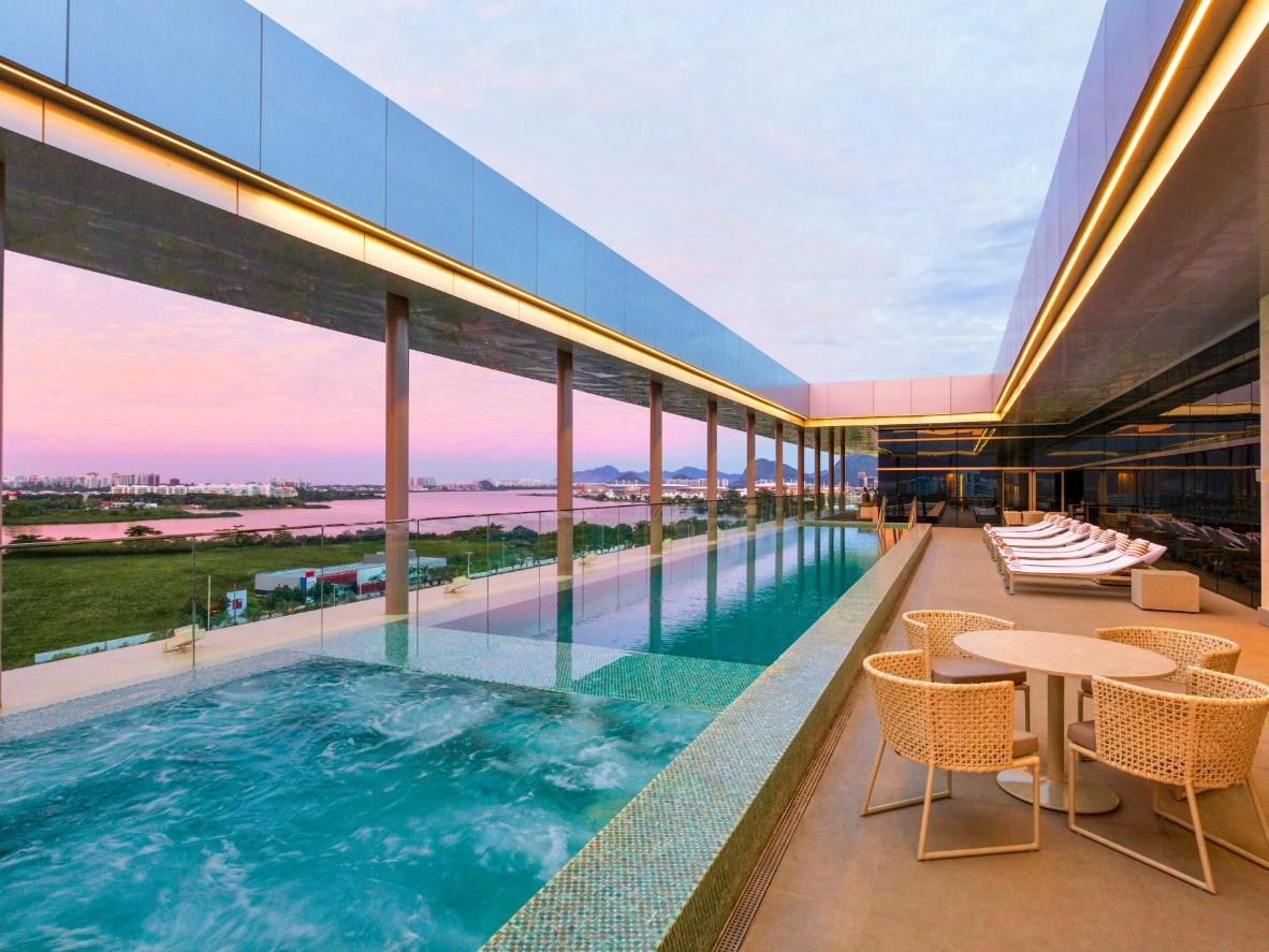 Admire os tons pastéis do céu através do teto solar na piscina do Hilton