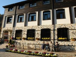 The School Hotel, Pastra