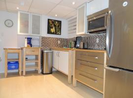 Toronto Vacation Home Rentals - Executive Underground One-Bedroom Apartment, Τορόντο