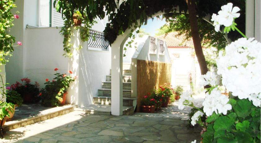 Loginos Studios, Hotel, Kapetan Xapsas 16 - 18, Kallithea Halkidikis, 63077, Greece