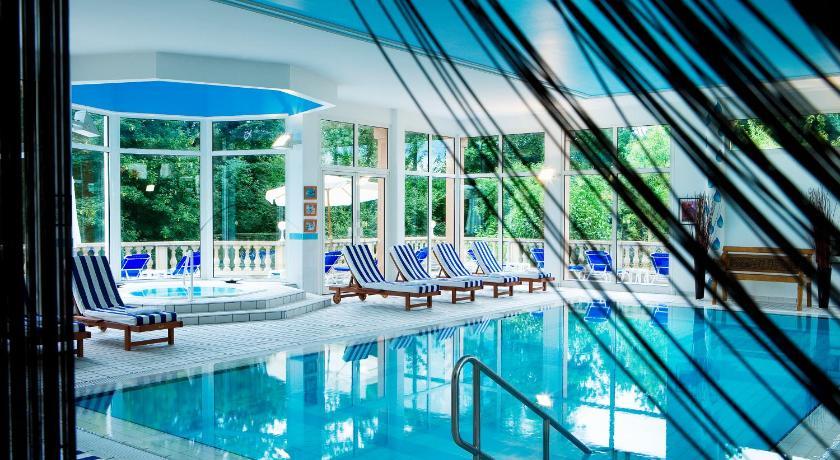 Vue de la piscine intérieure et du jacuzzi