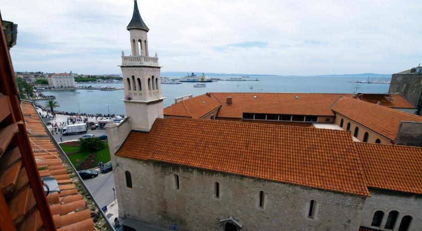 Top of the Tops Center Apartments (Split)