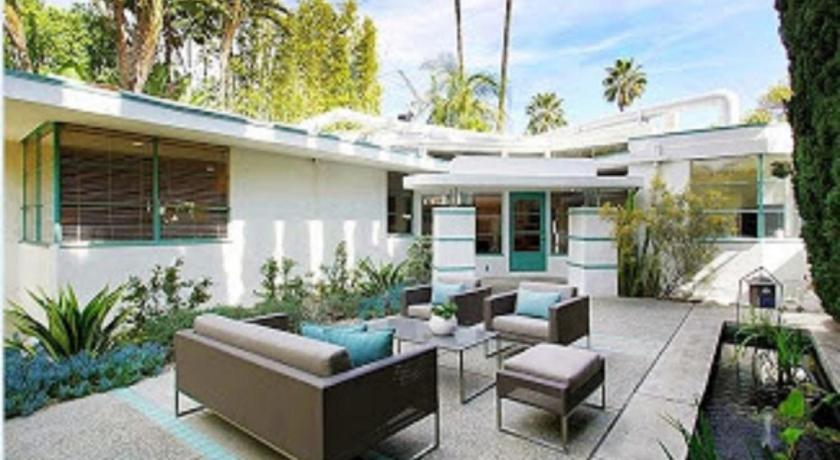 Celebrity Streamline Modern Three-Bedroom House (Los Angeles)