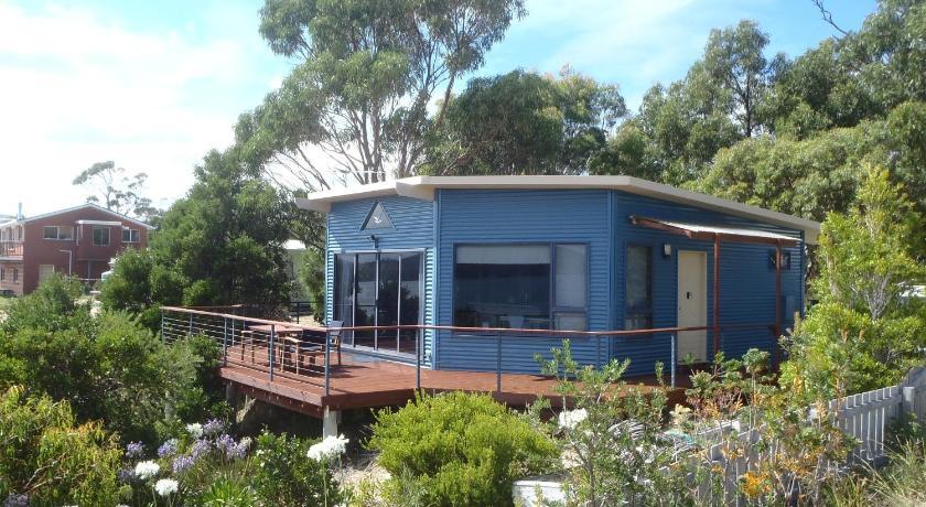 Larus Waterfront Cottage