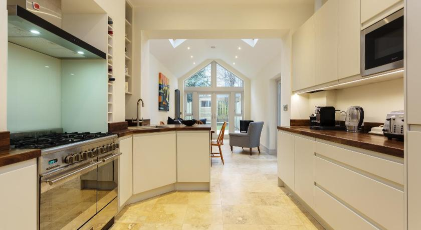 London Escorts Near Apartment in Putney