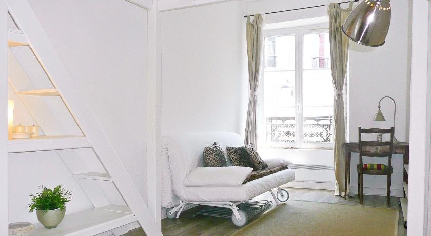 apartament studio rue de la roquette between bastille and. Black Bedroom Furniture Sets. Home Design Ideas