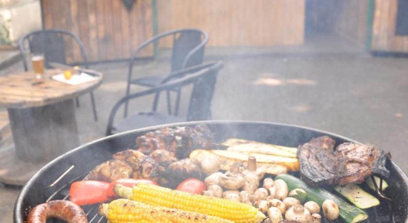 мангал с овощами в Downtown Forest Hostel & Camping