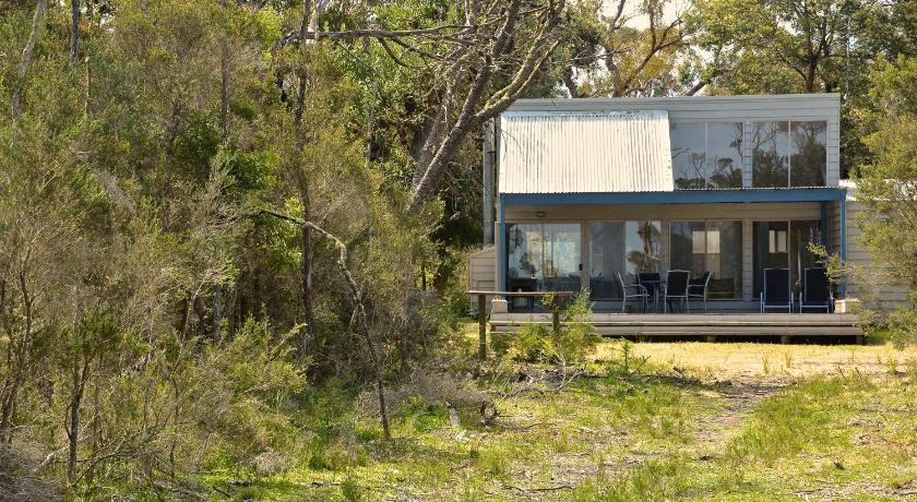 Lodge Waterfront Retreat At Wattle Point