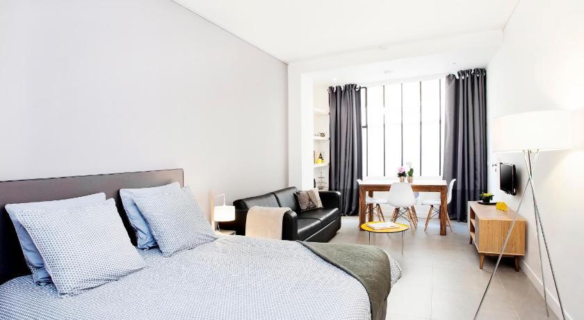 Apartment studios de charme montmartre paris france for Telephone booking france
