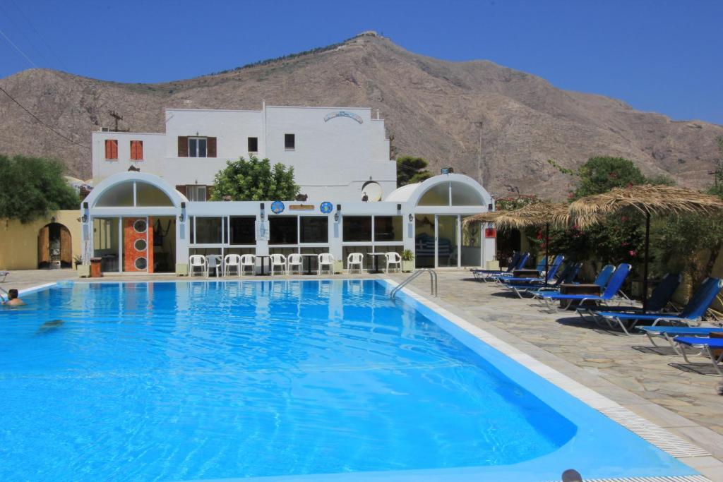 A piscina localizada em Santa Irini Hotel ou nos arredores
