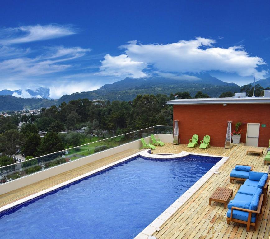 בריכת השחייה שנמצאת ב-LATAM HOTEL Plaza Pradera Quetzaltenango או באזור