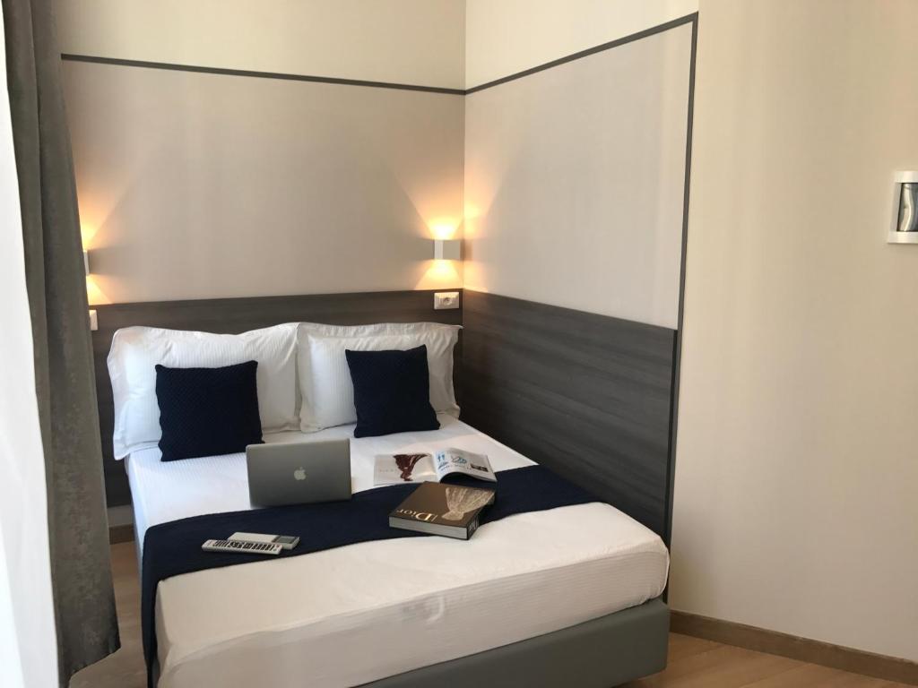 Cama ou camas em um quarto em Boutique Hôtel Neptune Nice