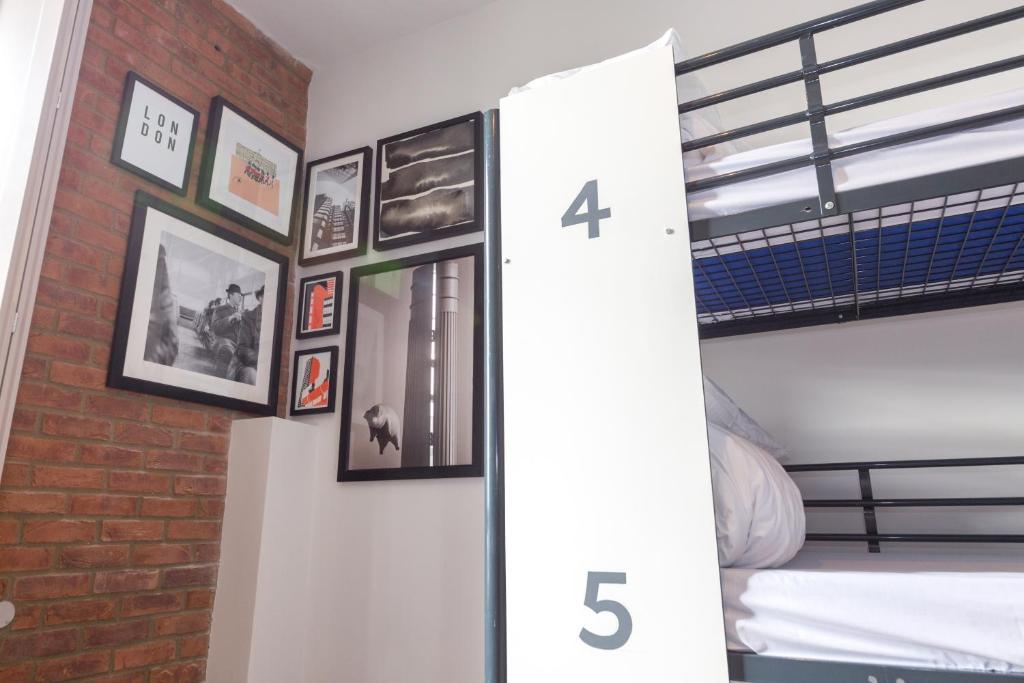 מיטה או מיטות קומותיים בחדר ב-PubLove @ The Green man, Paddington