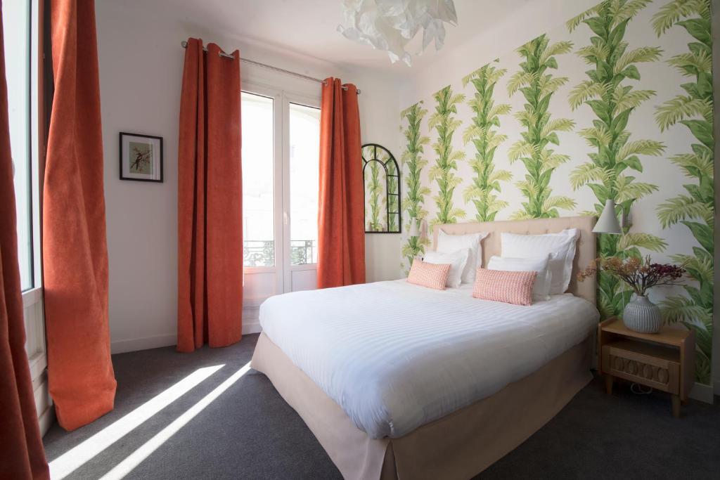 מיטה או מיטות בחדר ב-Hôtel Des Batignolles