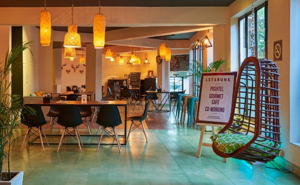 Un restaurant u otro lugar para comer en LetsBunk Poshtel