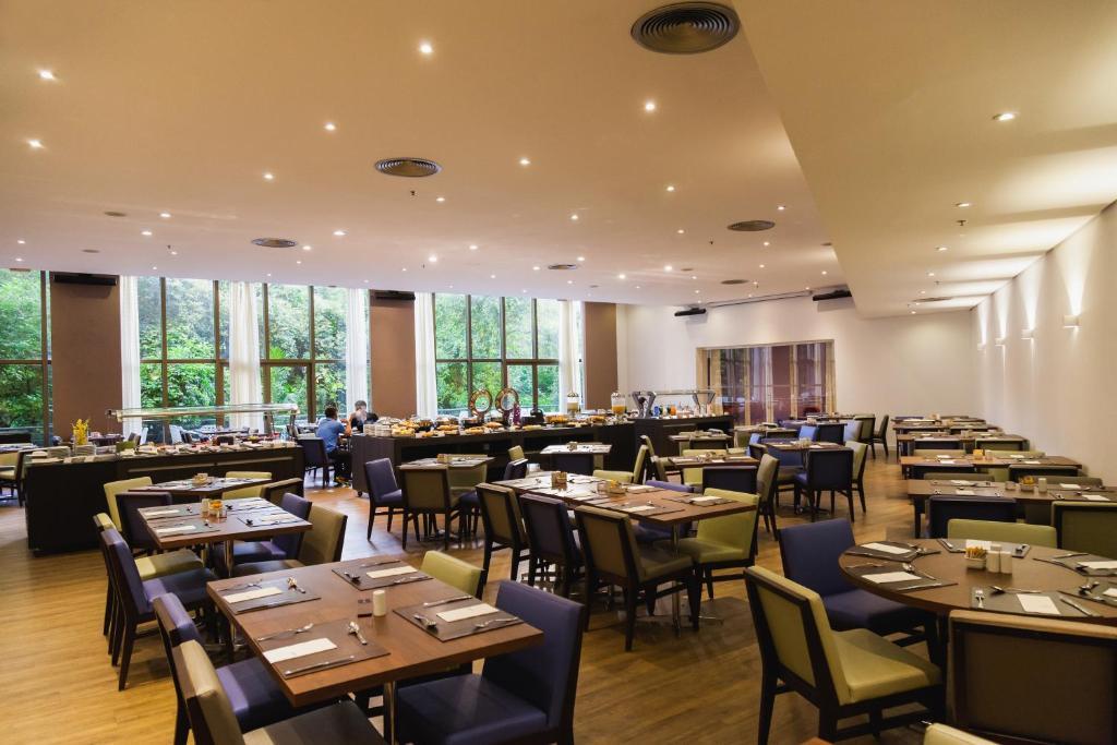 Um restaurante ou outro lugar para comer em Novotel Porto Alegre Três Figueiras
