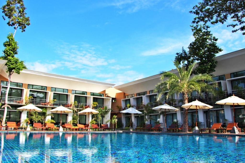 المسبح في Bundhaya Resort أو بالجوار