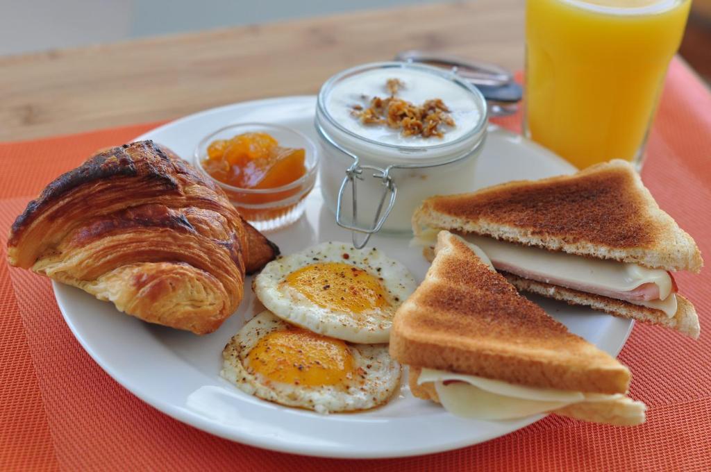 Opciones de desayuno para los huéspedes de Hotel Alicia Beach