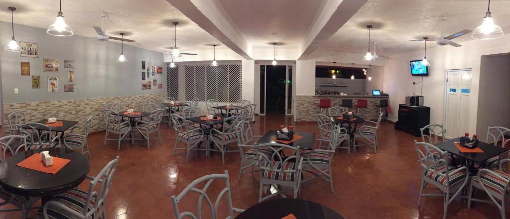 Un restaurant u otro lugar para comer en Hotel Alicia Beach