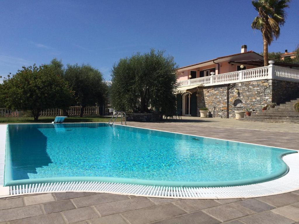 Villa con piscina a imperia italy italia imperia for Ville moderne con piscina