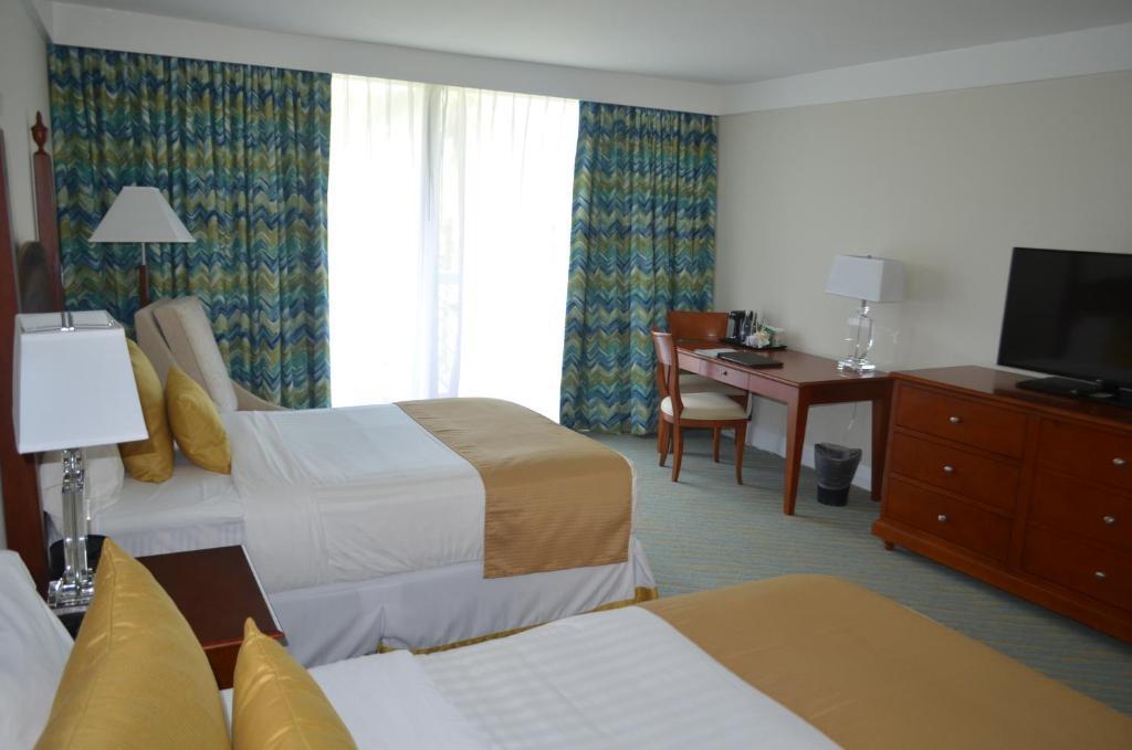 Una cama o camas en una habitación de Lighthouse Pointe at Grand Lucayan Resort