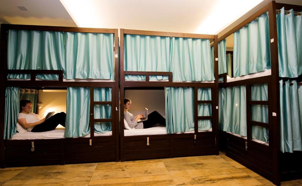 Uma ou mais camas em beliche em um quarto em Joey's Hostel