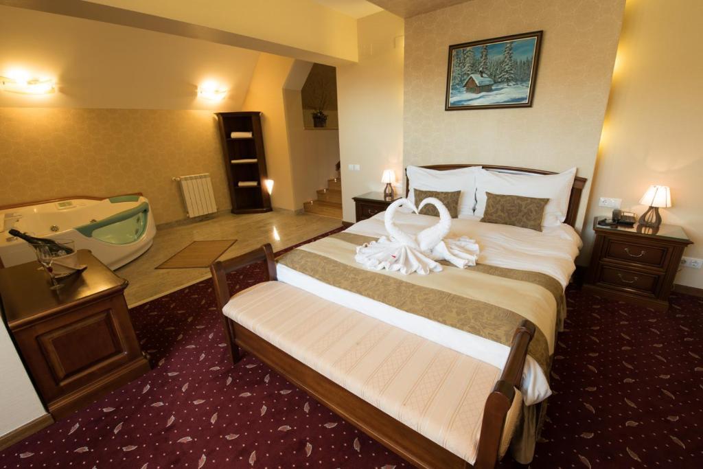 מיטה או מיטות בחדר ב-Edelweiss Poiana Hotels