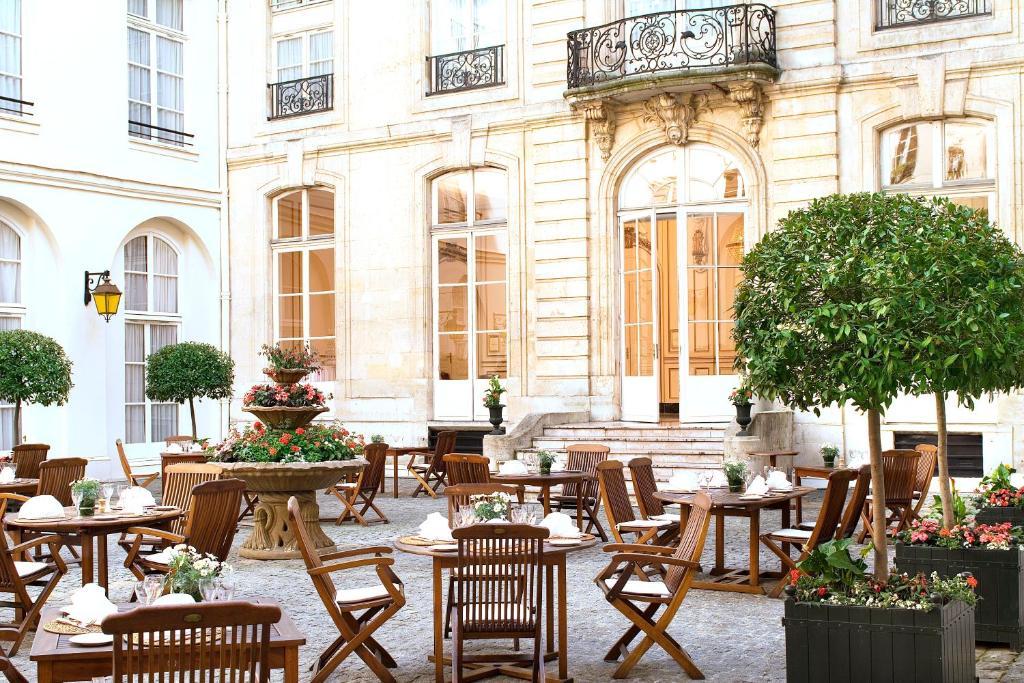 Un restaurant u otro lugar para comer en Saint James Albany Paris Hotel Spa