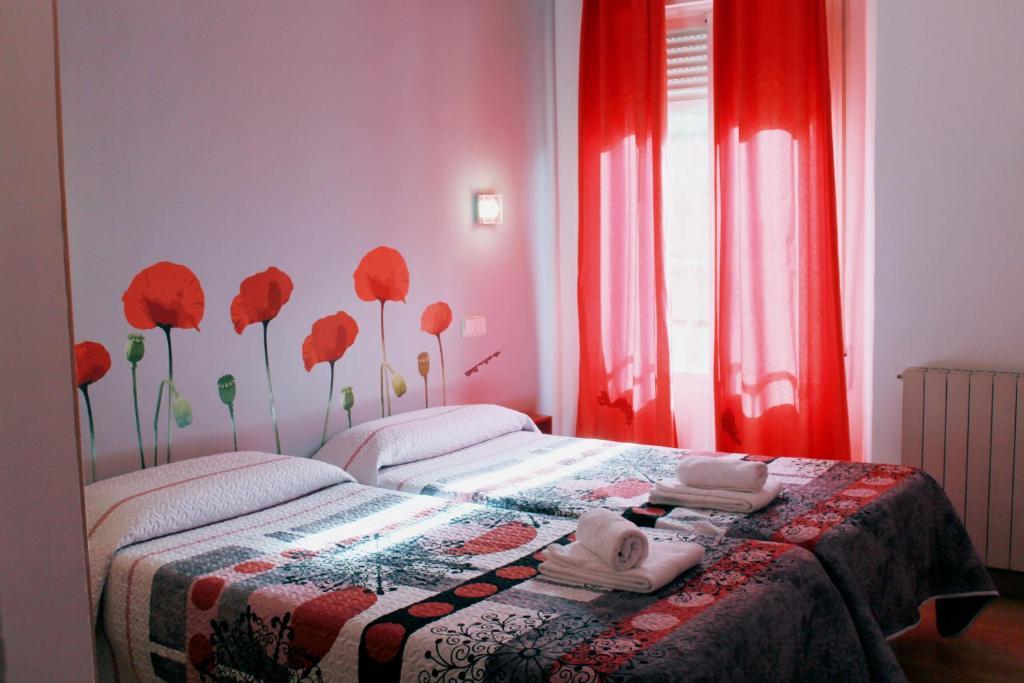 Una cama o camas en una habitación de Hostal Inter Plaza Mayor
