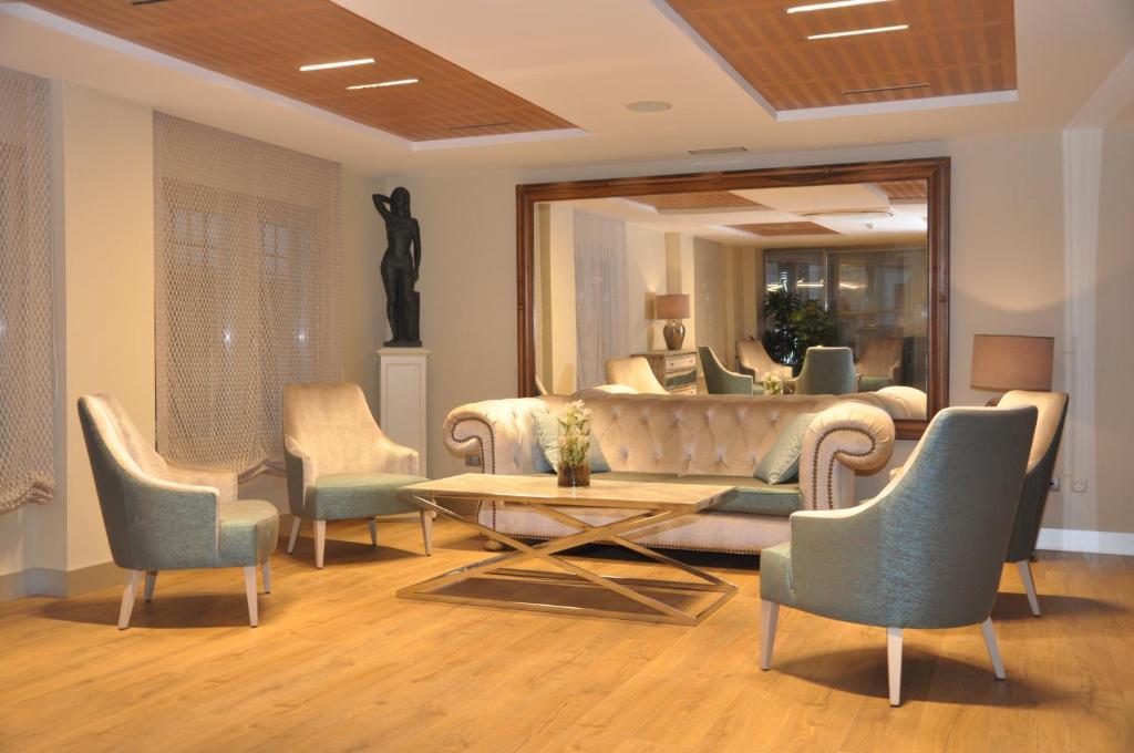 Uma área de estar em Sercotel Hotel Selu