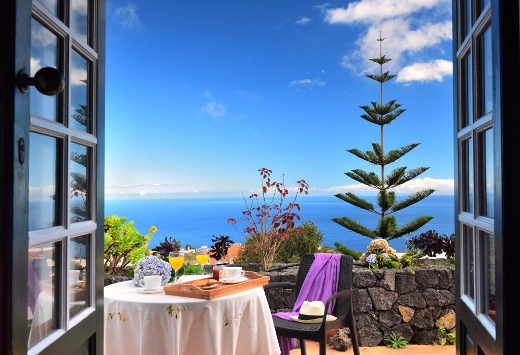 Un restaurant u otro lugar para comer en Corral de Payo Casita Blanca
