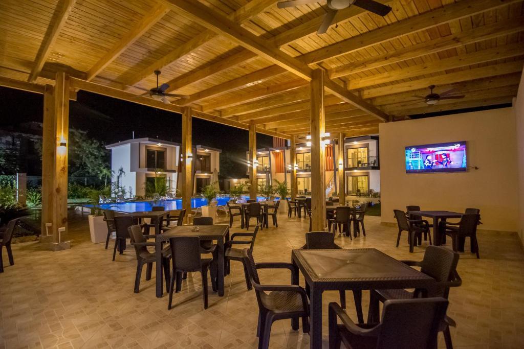 Un restaurant u otro lugar para comer en Caribbean Diamond Boutique Hotel