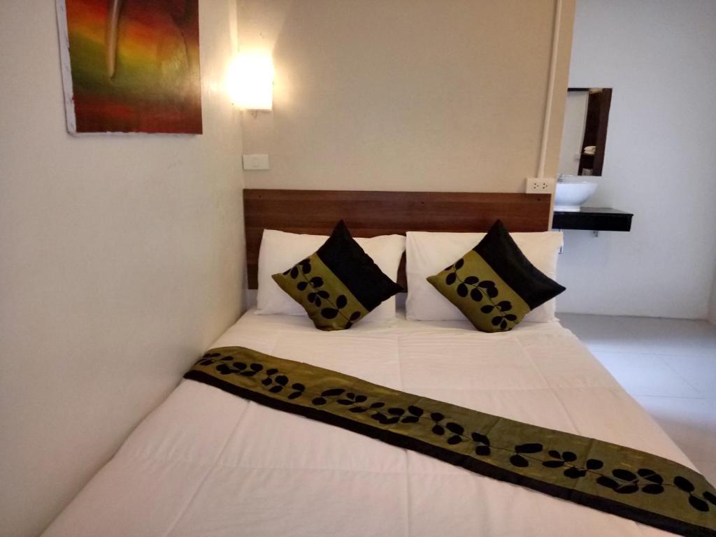 Cama ou camas em um quarto em Khaosan Green House Hotel
