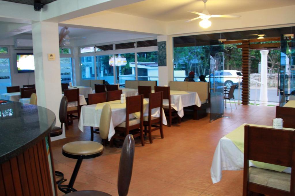 Un restaurant u otro lugar para comer en Anton Reef