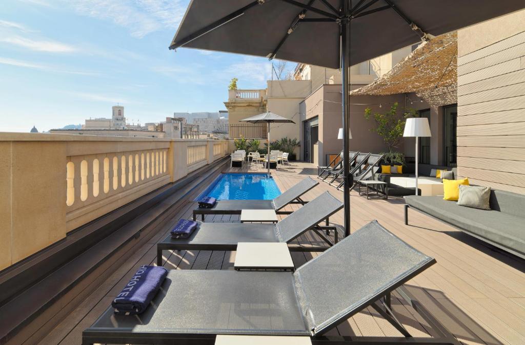 בריכת השחייה שנמצאת ב-H10 Urquinaona Plaza או באזור
