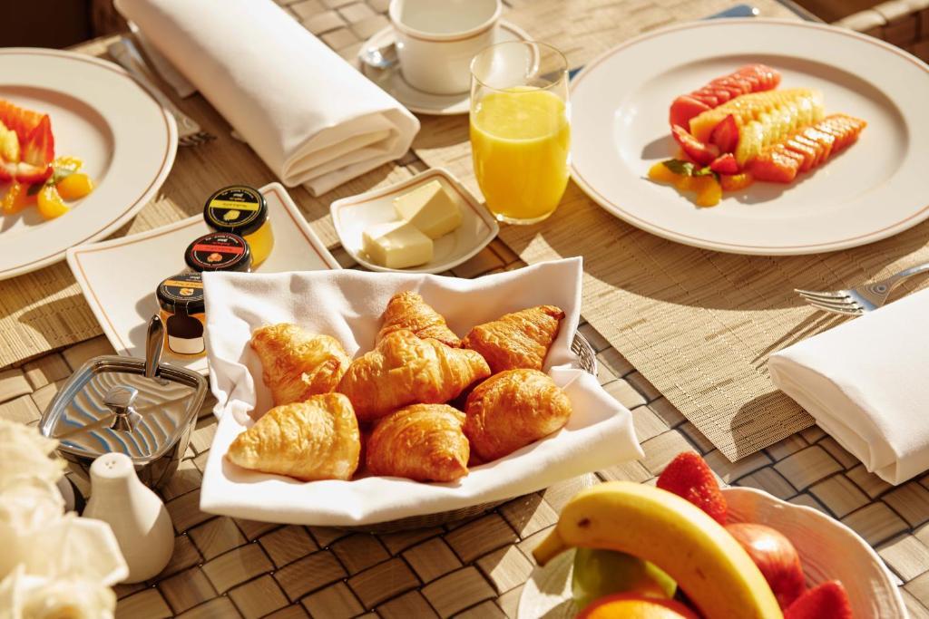 """Opciones de desayuno para los huéspedes de El Embajador, a Royal Hideaway Hotel """"Newly Renovated"""""""