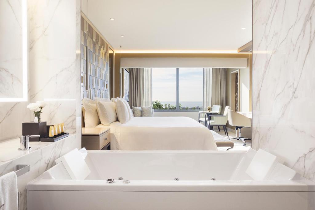 "Un baño de El Embajador, a Royal Hideaway Hotel ""Newly Renovated"""