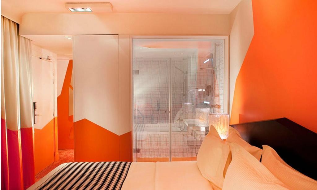 سرير أو أسرّة في غرفة في فندق كريستال شانزليزيه