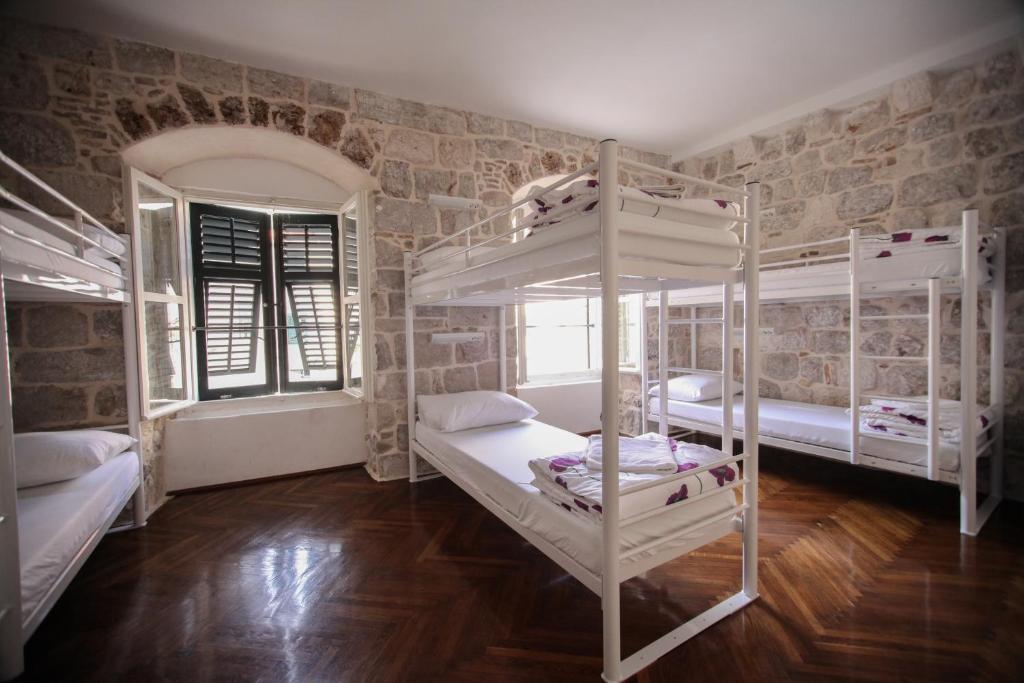 Uma ou mais camas em beliche em um quarto em Hostel Angelina Old Town