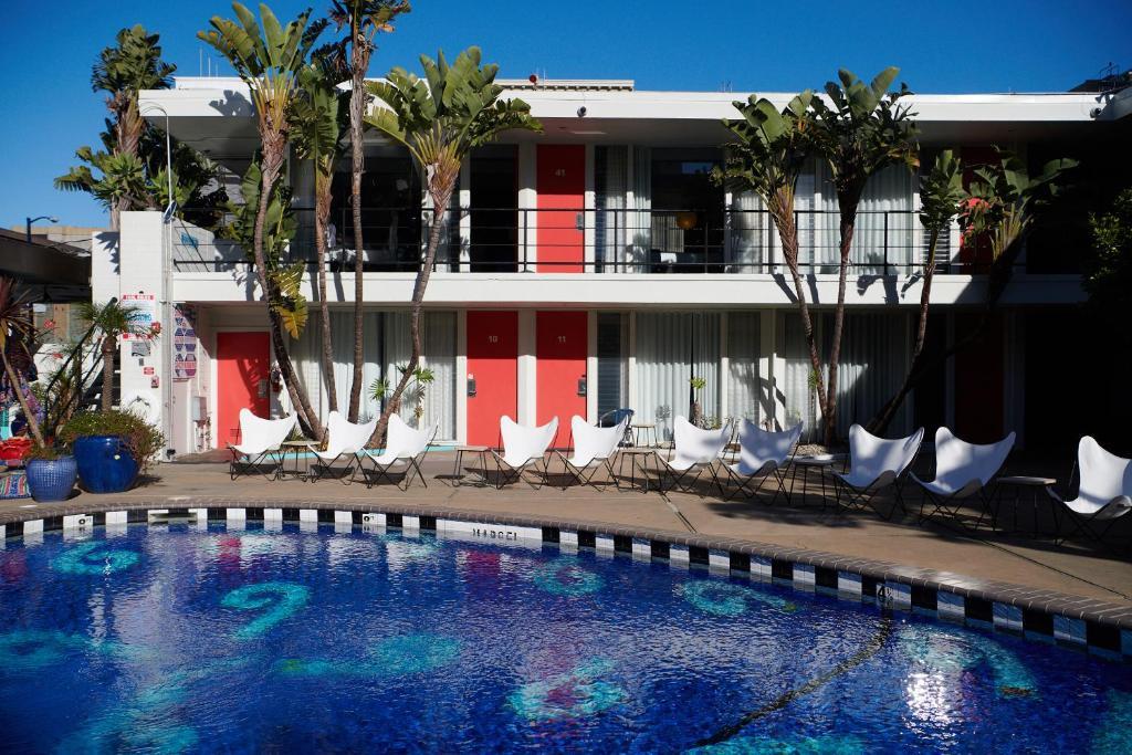 المسبح في Phoenix Hotel أو بالجوار