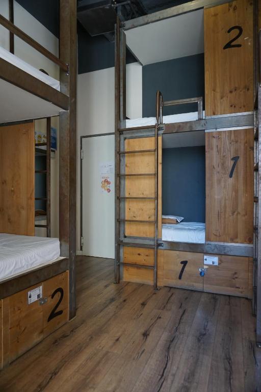 Uma ou mais camas em beliche em um quarto em Black Swan Hostel Sevilla