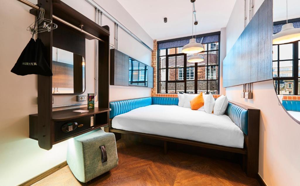 سرير أو أسرّة في غرفة في فندق نيو روود