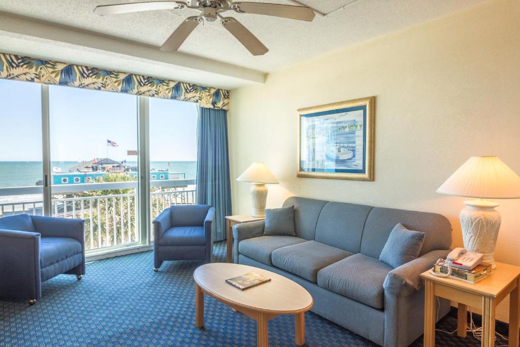 Un lugar para sentarse en Yachtsman Oceanfront Resort