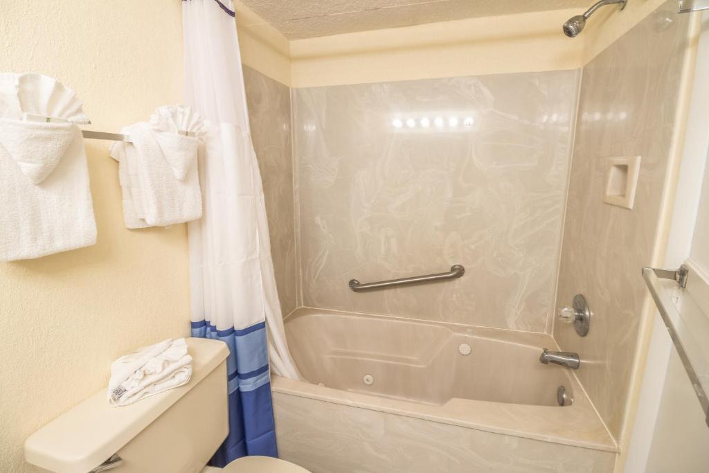 Un baño de Yachtsman Oceanfront Resort